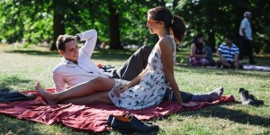 Picnic tra fidanzati in un parco